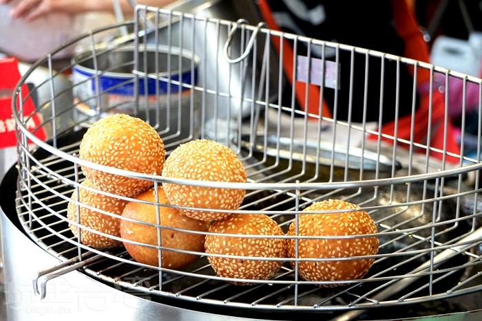 用番薯粉和糯米粉製成的燒馬蛋,約一顆棒球再小一些。/玩全台灣旅遊網特約記者阿辰攝