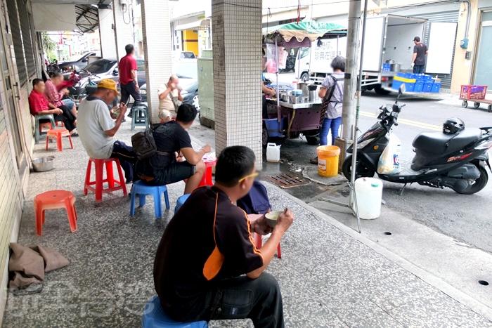 騎樓下擺了不少張塑膠椅給客人或坐或站/玩全台灣旅遊網特約記者阿辰攝