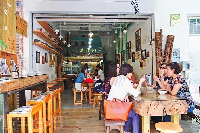 半開放式的冰店,沒有冷氣吹,卻也是相當避暑/玩全台灣旅遊網特約記者阿辰攝