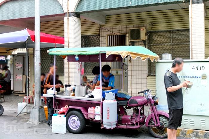 【三輪車無名肉圓】是在地人讚譽不絕的台味下午茶,就算站著吃都心甘情願。/玩全台灣旅遊網特約記者阿辰攝