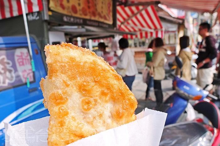吃進嘴裡有滿滿的蛋香味,與酥脆外皮一起咀嚼,口感相當層次。/玩全台灣旅遊網特約記者阿辰攝