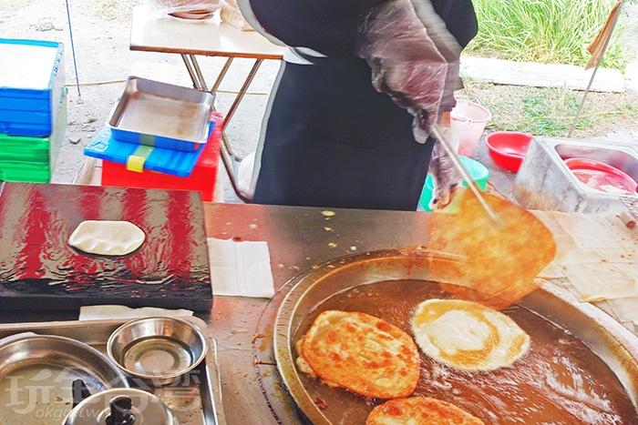 每張烙餅在煎台上滋滋作響,可想而知外皮一定很酥脆。/玩全台灣旅遊網特約記者阿辰攝