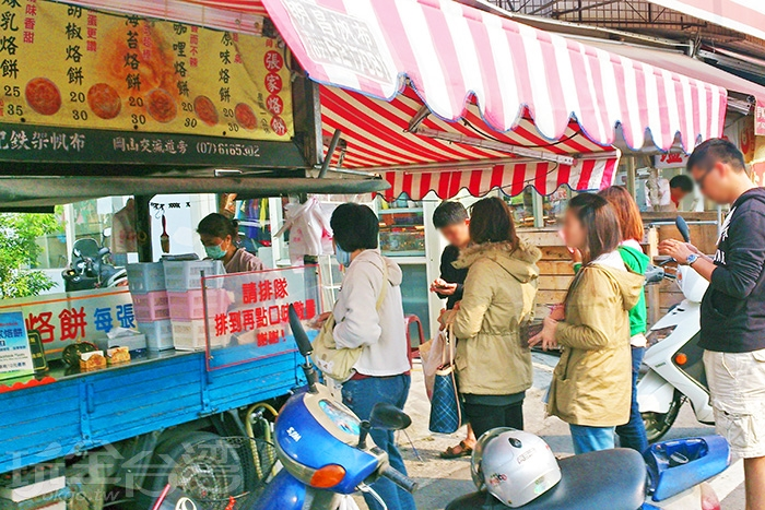 一台招牌醒目的發財車停在壽華路上,排滿等候的客人。/玩全台灣旅遊網特約記者阿辰攝