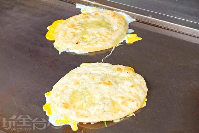 蔥油餅差不多一個手掌大小,餅皮外層微微焦酥,不油也不膩,很可口。/玩全台灣旅遊網特約記者阿辰攝