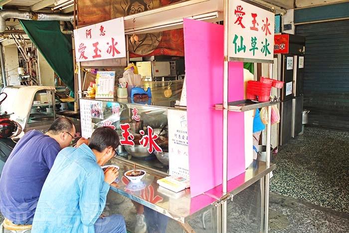 小小的攤子前座位不多,可選擇內用或外帶/玩全台灣旅遊網特約記者阿辰攝