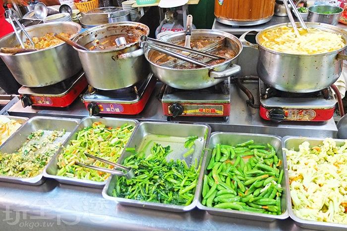 豐富菜色一字排開,絕對是吃燒肉飯的最佳配菜。/玩全台灣旅遊網特約記者阿辰攝