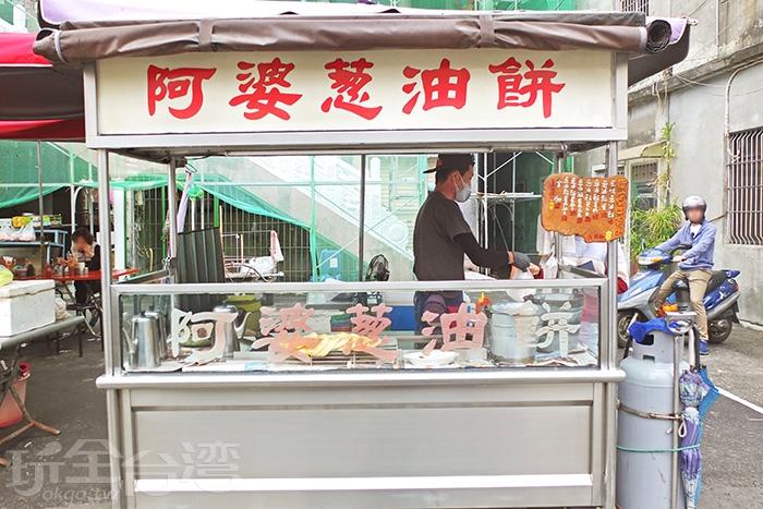 中午過後,燕巢區的清水寺廟前,駐立著路邊攤「阿婆蔥油餅」/玩全台灣旅遊網特約記者阿辰攝