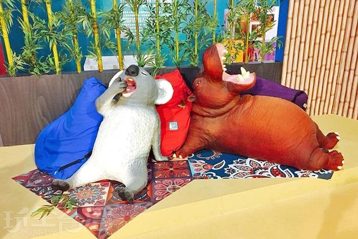 《愛睏》系列中睡到嘴吧打超開的無尾熊與河馬。/玩全台灣旅遊網特約記者殘月攝