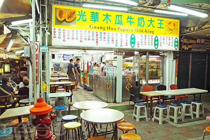 走過四十多年歷史,擁有在地人拍胸保證的好喝木瓜牛奶及許多同樣有名的果汁/玩全台灣旅遊網特約記者阿辰攝