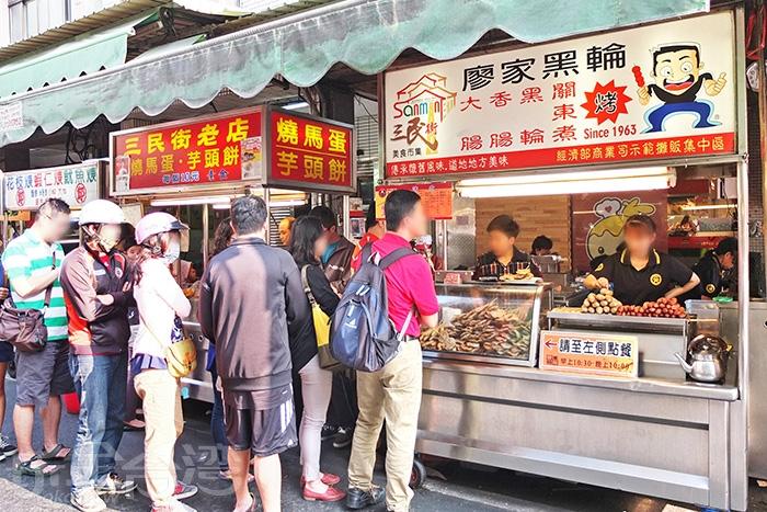 騎樓下的內用坐位基本上是滿的,還有一大排人龍再等呢!/玩全台灣旅遊網特約記者阿辰攝