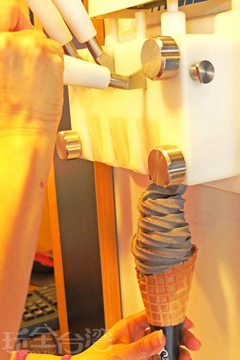 重頭戲就是這台冰淇淋機,共售有黑芝麻、白芝麻和綜合三種口味霜淇淋/玩全台灣旅遊網特約記者阿辰攝