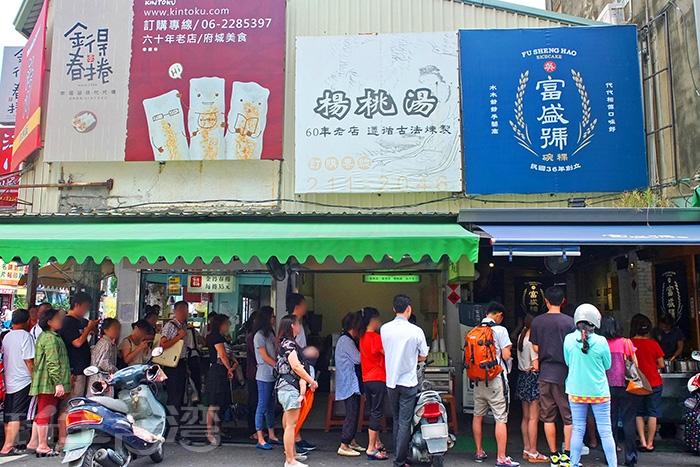老字號「楊哥楊桃湯」位於知名的富盛號碗粿和金得春捲中間,可順道一起品嘗。/玩全台灣旅遊網特約記者阿辰攝