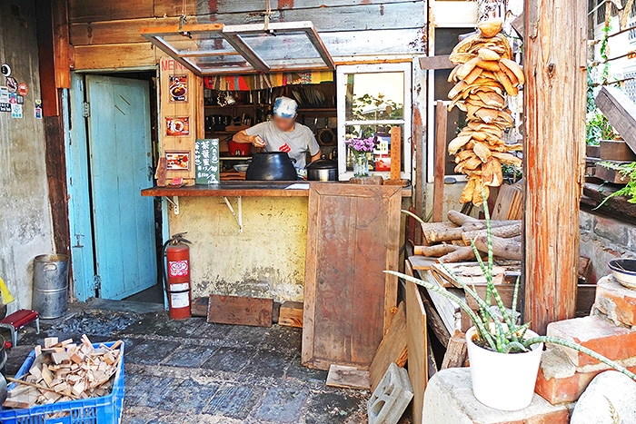 走到店面側邊的點餐區兼廚房,很有早期阿嬤家的味道/玩全台灣旅遊網特約記者阿辰攝