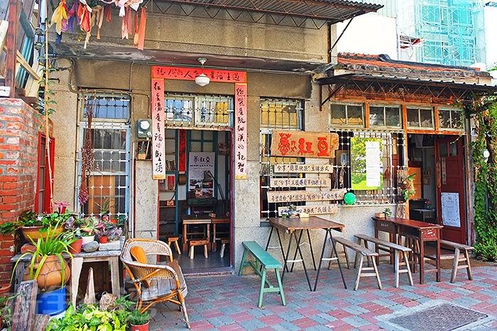 整體保留老房子原本的樣貌,內外木作課桌椅和斑駁牆身鋪設引人目光/玩全台灣旅遊網特約記者阿辰攝