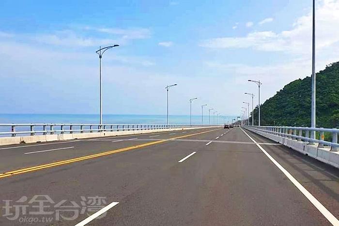 一側是海洋一側是高山,東海岸美景讓人心曠神怡。/玩全台灣旅遊網特約記者隱月攝
