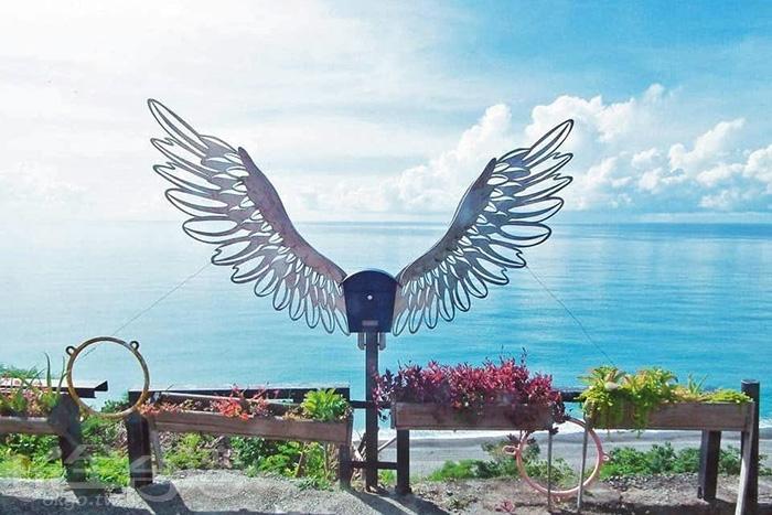 天使翅膀加上眼期蔚藍海景就是無敵。/玩全台灣旅遊網特約記者隱月攝