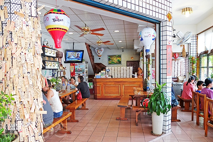 乾淨寬敞的內用環境,客人大都坐在左右兩側。/玩全台灣旅遊網特約記者阿辰攝