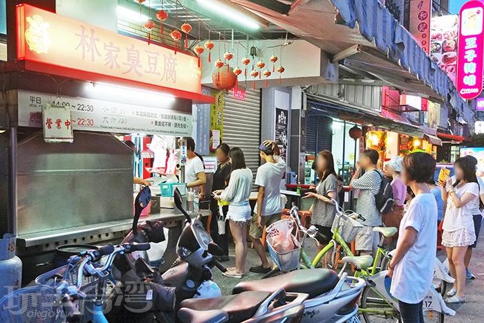店面一開始營業便能看見這長長的排隊盛況/玩全台灣旅遊網特約記者阿辰攝