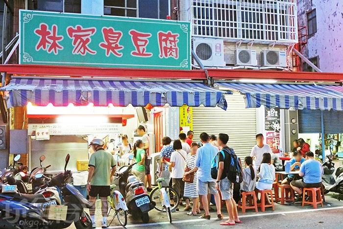 經過這裡很難不去注意看,人龍都已經排到馬路上去了。/玩全台灣旅遊網特約記者阿辰攝
