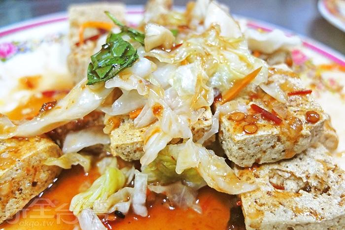 臭豆腐與泡菜與九層塔真是絕配/玩全台灣旅遊網特約記者阿辰攝