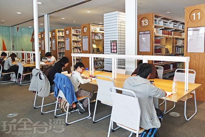 可容納近百萬冊藏書量之空間,提供高雄市民一處可閱覽圖書藝文之優質場所/玩全台灣旅遊網特約記者阿辰攝