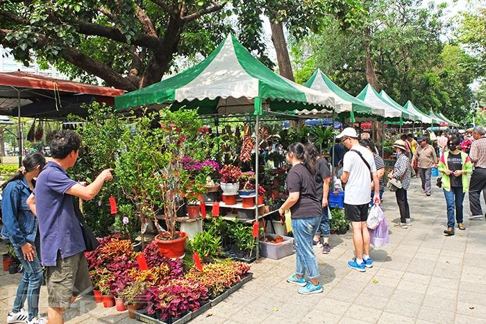 假日花市會在復興三路與一德路兩段公園人行道上擺設攤位。/玩全台灣旅遊網特約記者阿辰攝