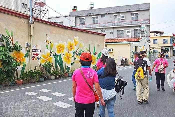 一行人往歸來鐵馬租借處前進,沿途看見了一面漂亮的彩繪牆/玩全台灣旅遊網特約記者阿辰攝