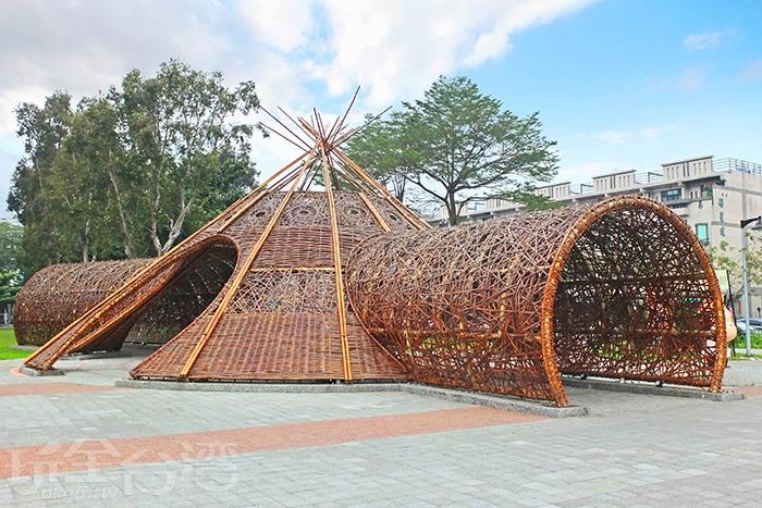 屏東崇蘭環保公園內打造一座大型的「絲瓜意象光雕竹編藝廊」,是屏東新興景點。/玩全台灣旅遊網特約記者阿辰攝