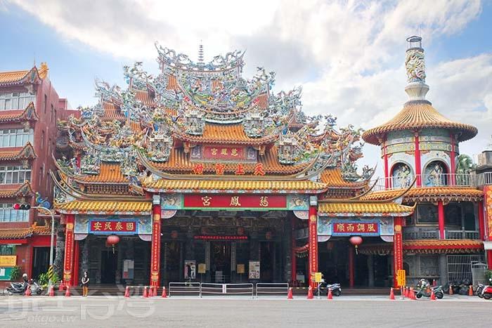 近三百年的歷史歲月造就「屏東慈鳳宮」成為屏東市內無可撼動的重要價值地位。/玩全台灣旅遊網特約記者阿辰攝