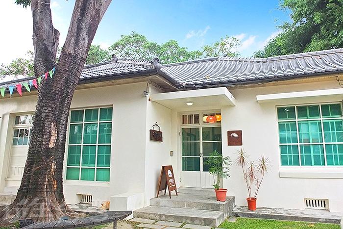 位在青島街轉角,白屋黑瓦的日式建築特色,每每經過都會多看一眼。/玩全台灣旅遊網特約記者阿辰攝