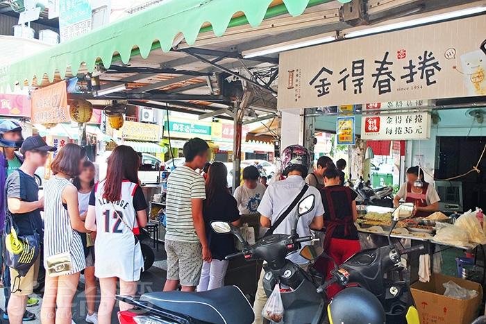 行經國華街與民族路交叉口,就會看到這幅大排長龍等候的畫面。/玩全台灣旅遊網特約記者阿辰攝