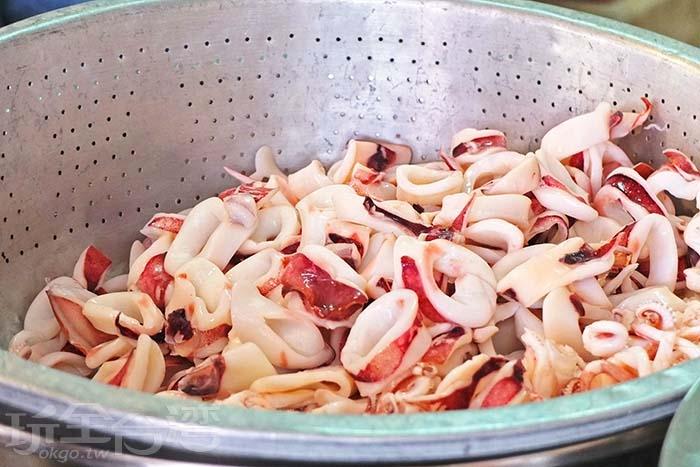 一旁有一大桶冰鎮的小卷,都是當日新鮮貨,待會兒會放入大鍋中跟米粉一起燙過。/玩全台灣旅遊網特約記者阿辰攝