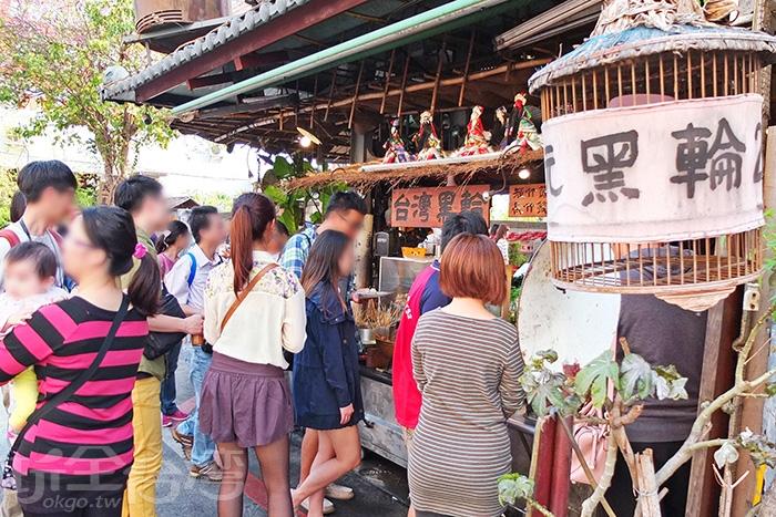 下午茶時間,不少台南在地人或觀光客相繼來到「台灣黑輪」吃點心。/玩全台灣旅遊網特約記者阿辰攝