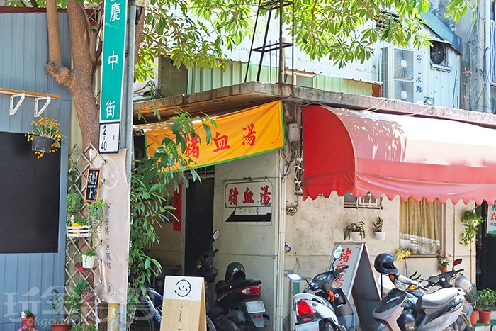 走進這條用鐵皮遮頂的小道中,找到這家「葉家豬血湯」。/玩全台灣旅遊網特約記者阿辰攝