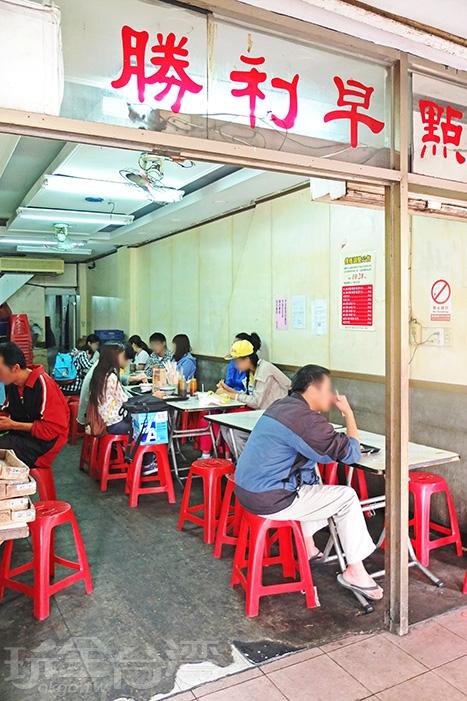共有左右兩個座位區,用餐尖峰時段通通坐滿。/玩全台灣旅遊網特約記者阿辰攝