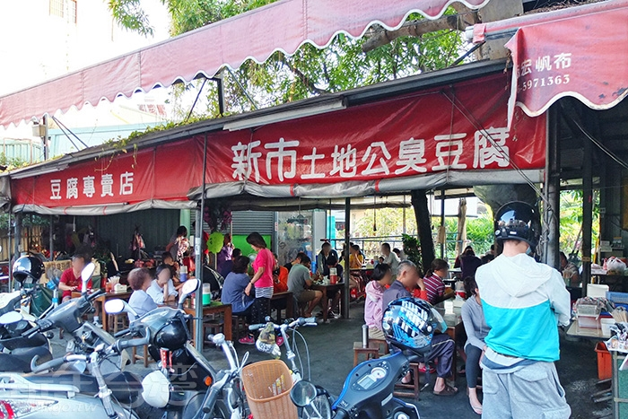 簡易的鐵皮搭棚而成的店面,位在民生路上,土地公廟斜對面。/玩全台灣旅遊網特約記者阿辰攝