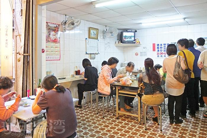 好有台南味的隱密小店面,很傳統簡單的用餐空間。/玩全台灣旅遊網特約記者阿辰攝