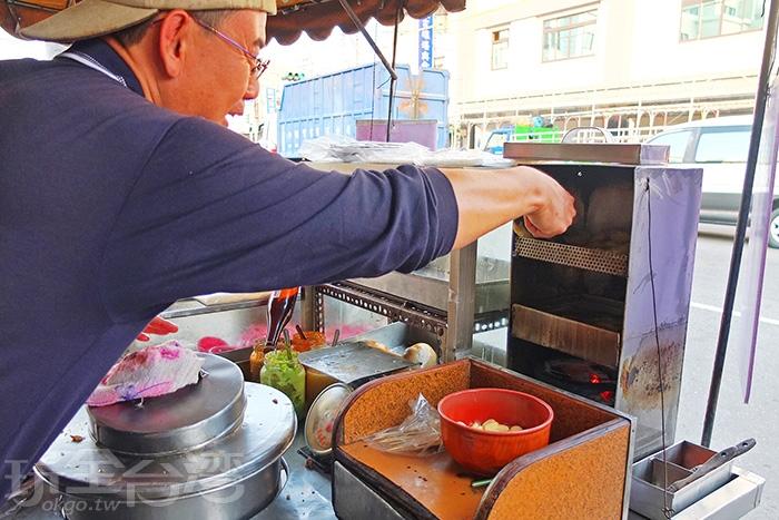 最值得一提的就是用炭火油炸的黑輪了,最下層是古早的爐火炭。/玩全台灣旅遊網特約記者阿辰攝