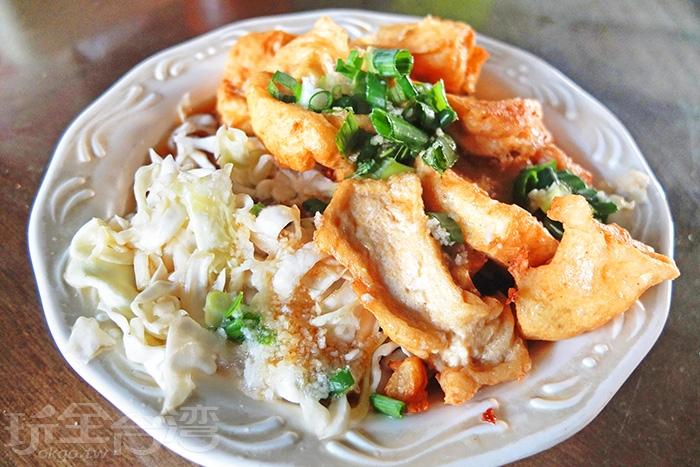 蒜泥、青蔥、醬油和泡菜綜合著臭豆腐的味道!/玩全台灣旅遊網特約記者阿辰攝