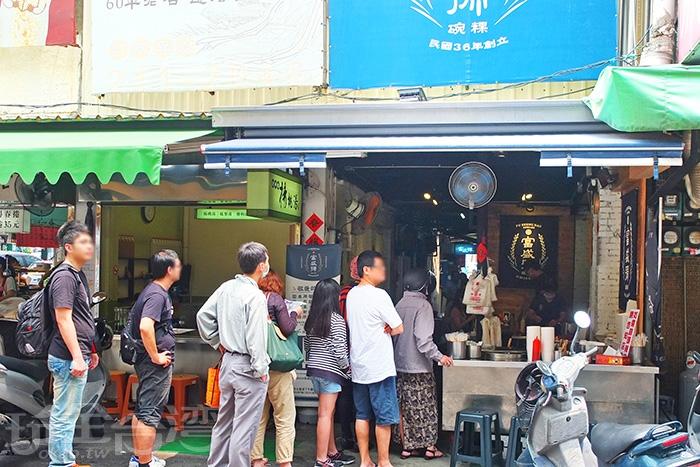 這邊排隊的人是以外帶為主,若內用就直接往店裡走去找座位。/玩全台灣旅遊網特約記者阿辰攝