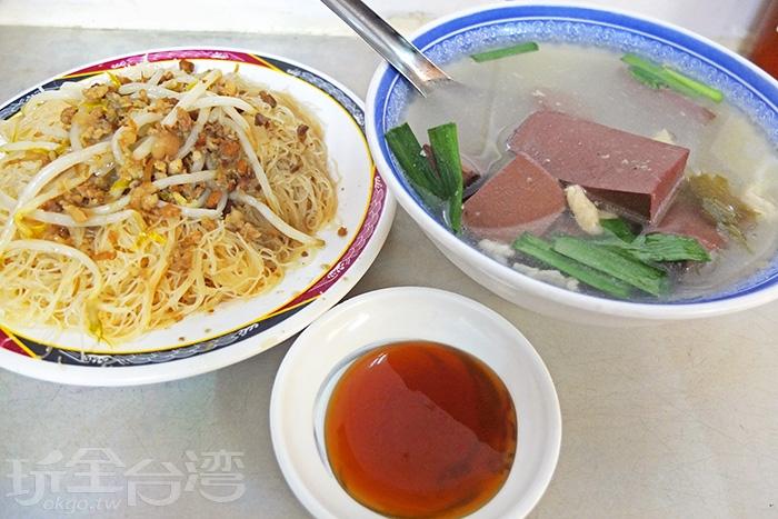 豬血湯配米粉炒是店裡的招牌組合款,銅板價就能飽餐一頓。/玩全台灣旅遊網特約記者阿辰攝
