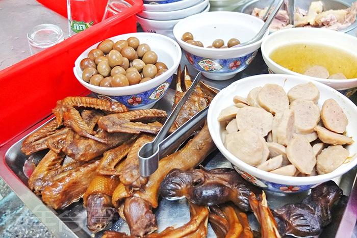 美味的配料,貢丸和鳥蛋在麵裡都會吃到。/玩全台灣旅遊網特約記者阿辰攝