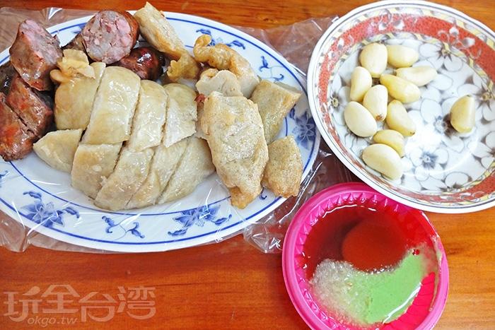 每桌都提供一盤蒜頭,而醬料混合了醬油膏、辣椒醬、蒜蓉和芥末四種/玩全台灣旅遊網特約記者阿辰攝