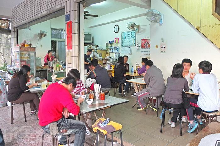 就算是下午來吃麵依舊座無虛席。/玩全台灣旅遊網特約記者阿辰攝