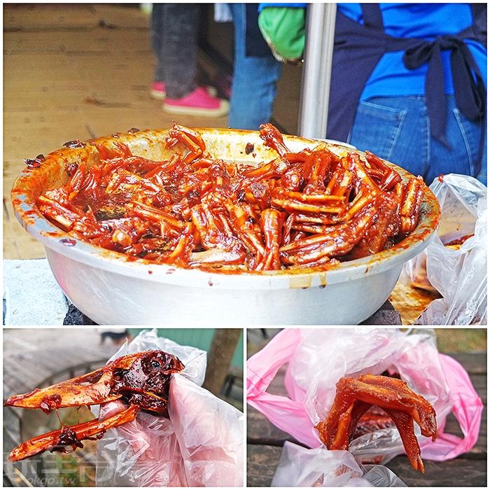 攤上那鍋滷得又油又亮的鴨腳,令人胃口大開。/玩全台灣旅遊網特約記者阿辰攝