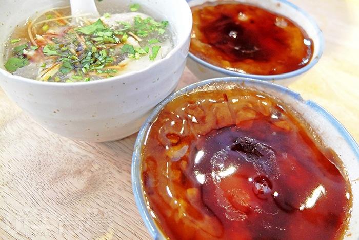 碗粿色澤頗深,店家特調的醬汁香甜得剛剛好。/玩全台灣旅遊網特約記者阿辰攝