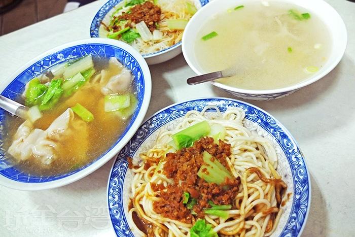 麻醬麵、乾米粉、餛飩湯和榨菜肉絲湯都是這裡的人氣招牌。/玩全台灣旅遊網特約記者阿辰攝