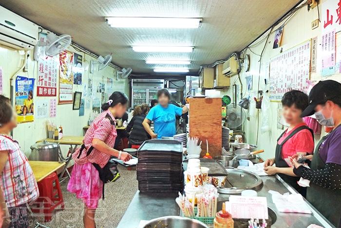 在地50年早餐店,選擇多樣,價位又平實,一直很受成大學生歡迎。/玩全台灣旅遊網特約記者阿辰攝