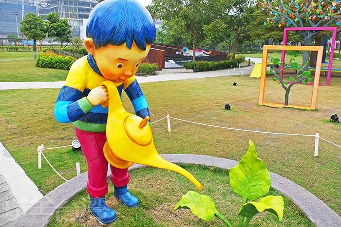公園中,拿著神燈澆水的小男孩最為醒目。/玩全台灣旅遊網特約記者阿辰攝