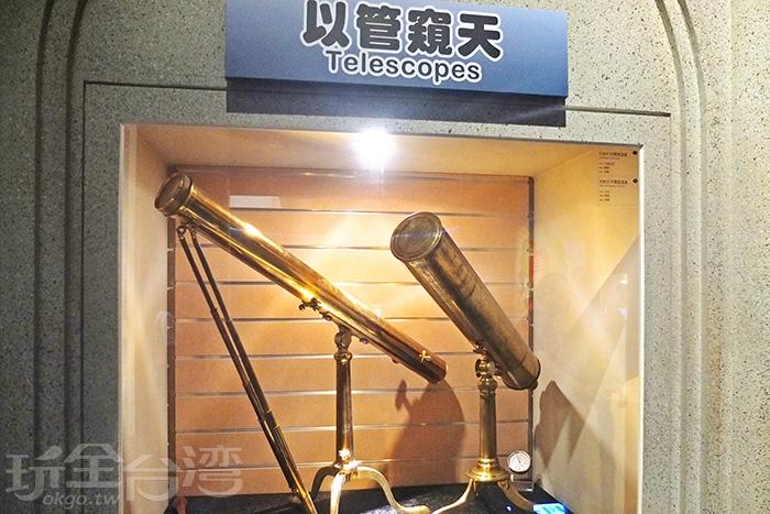 透明櫥櫃中陳列各種早期的儀器設備,有關醫學類、槍械類、鐘錶類、攝影類等等等。/玩全台灣旅遊網特約記者阿辰攝